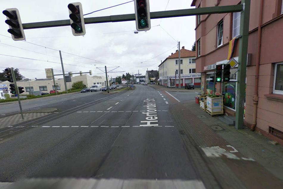 An dieser Kreuzung in Bielefeld fiel den Beamten der Porsche-Fahrer auf.