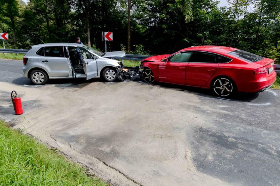 Die beiden Autos krachten frontal in einer Kurve zusammen.