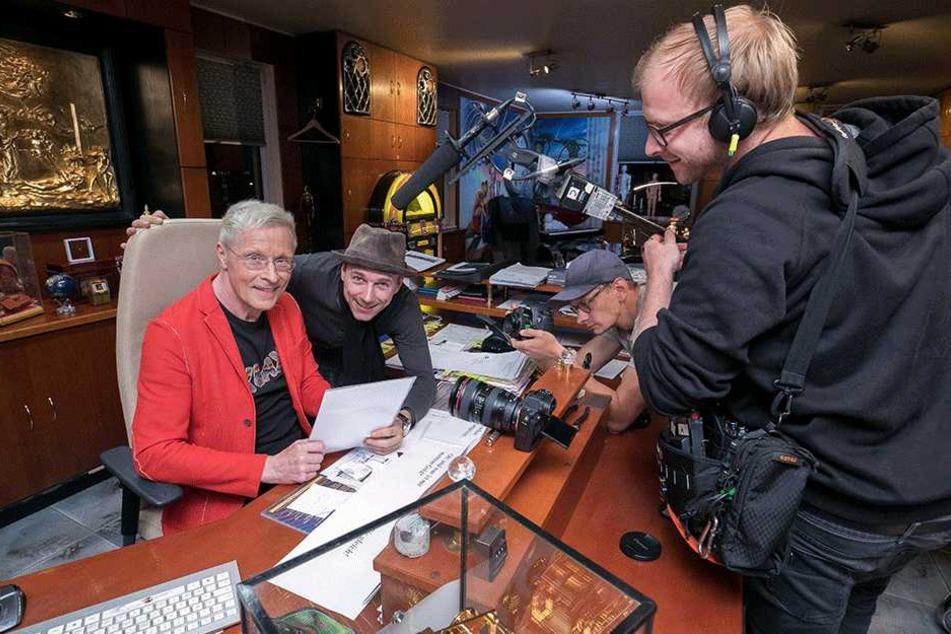 Guido Gentzel (2.v.l.) bespricht mit Wolle Förster (63, l.) den kurzen  Drehplan. Kameramann Dean Benzien und Tonmeister Marvin Keil (r.) sind schon in  Startposition.