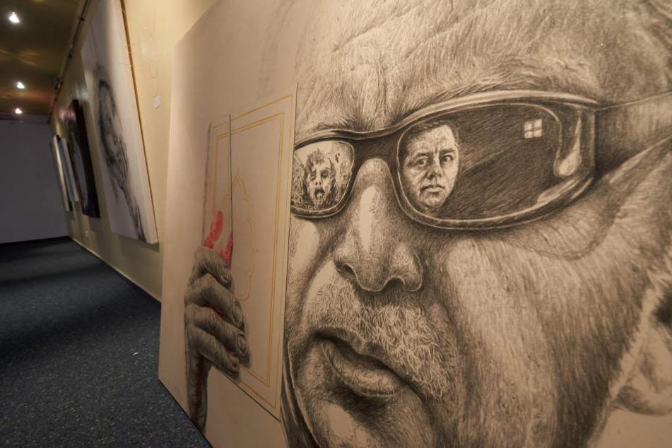 Das Kunstwerk zeigt Erdogan mit einer Brille, in der sich ein weinendes Kind als Symbol für den Krieg und ein inhaftierter Oppositionspolitiker spiegeln.