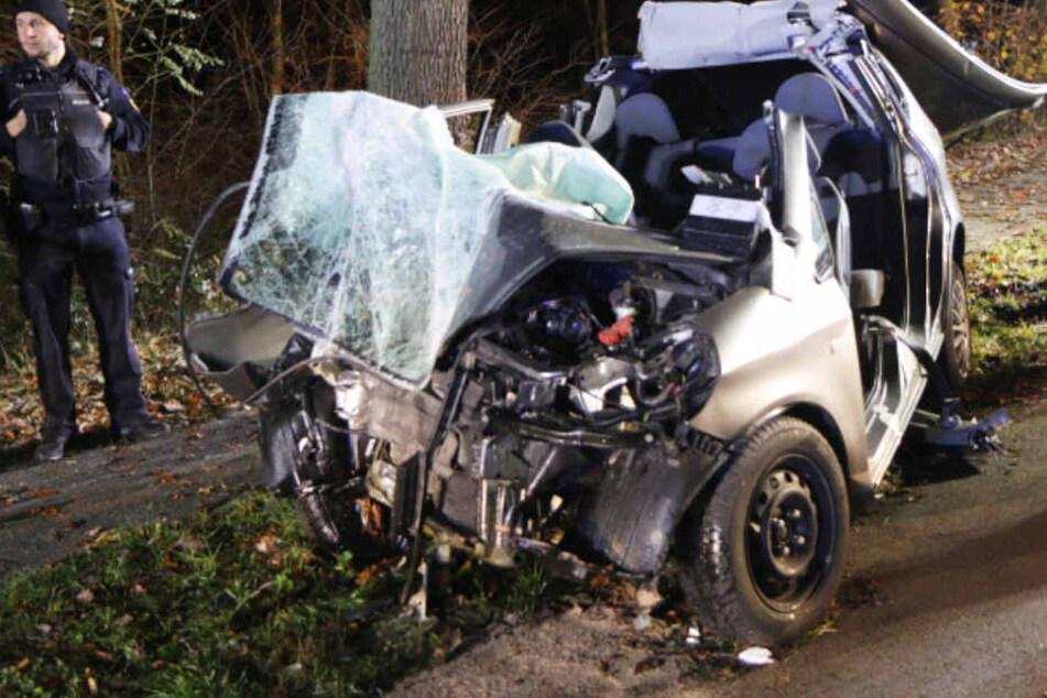 Smart-Fahrer kracht frontal gegen Baum und wird schwer verletzt