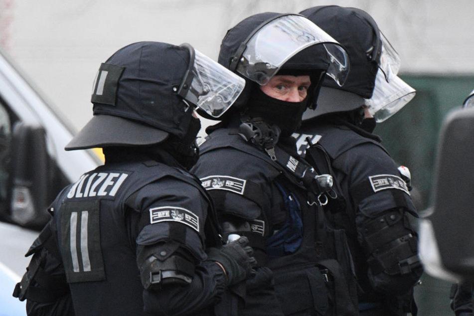 Insgesamt 15 Wohnungsdurchsuchungen konnte die Polizei durchführen. (Symbolbild)