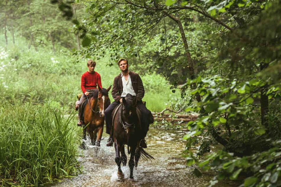 Trond Sander (l., Jon Ranes) reitet gemeinsam mit seinem Vater (Tobias Santelmann) aus.