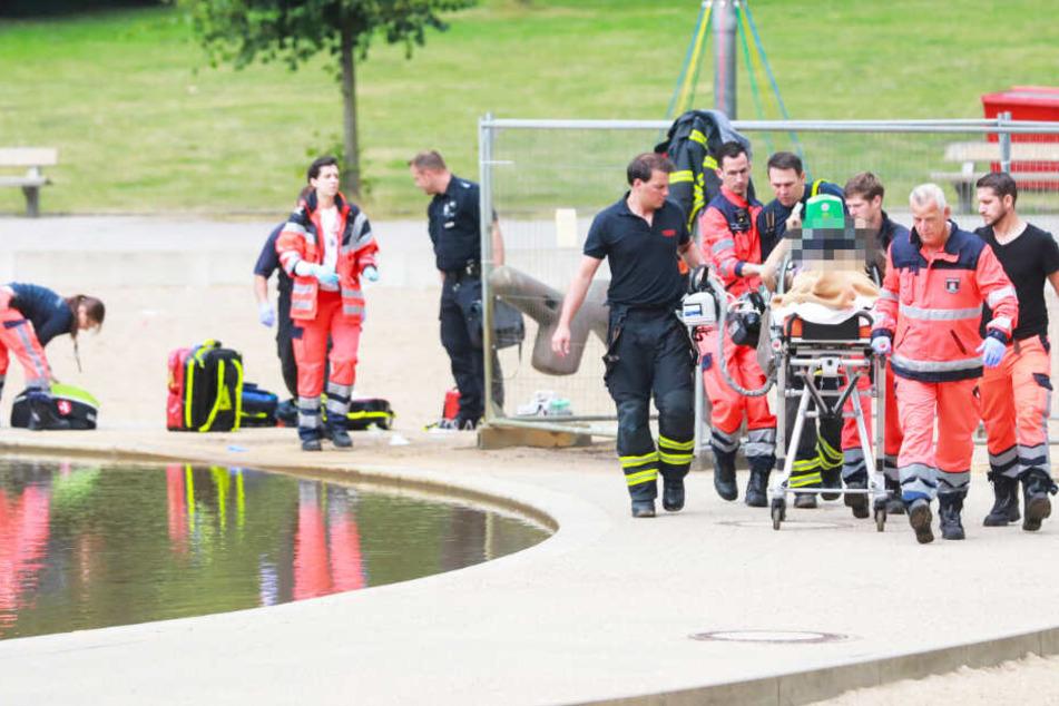 Der Rettungsdienst versorgt die Frau und bringt sie zum Rettungswagen.