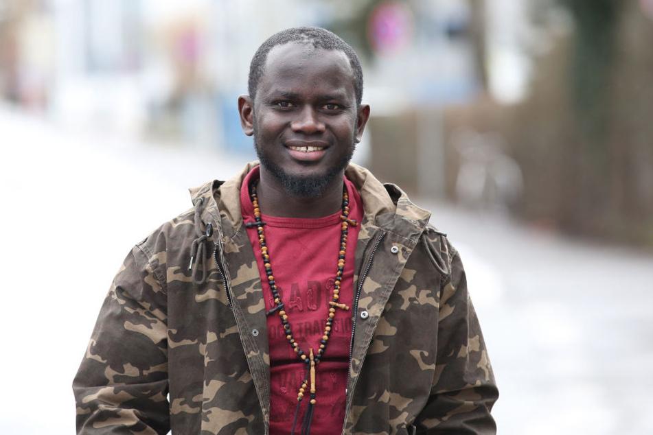 Der Flüchtling Pa Saido Ngum aus Gambia steht auf einer Straße in Biberach.