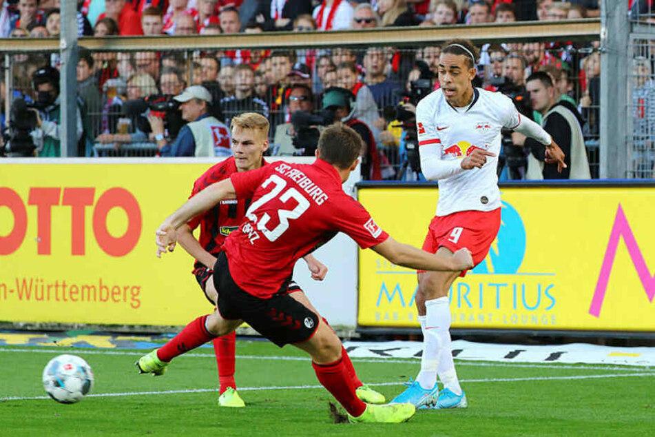 Yussuf Poulsen (r., hier gegen Philipp Lienhart und Dominique Heintz) blieb nach seiner Einwechslung komplett außen vor.