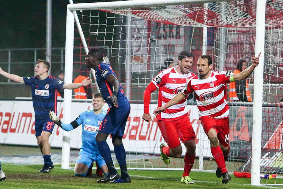 Toni Wachsmuth (r.) und Ronny König bejubeln das 1:0 gegen Cottbus. Können die Zwickauer auch in Rostock feiern?