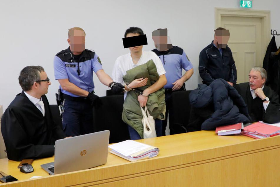 Stehen wegen Computerbetrugs vor dem Landgericht Chemnitz: Qiyuan H. (32, Mitte) und Ying X. (32, unter der Jacke).