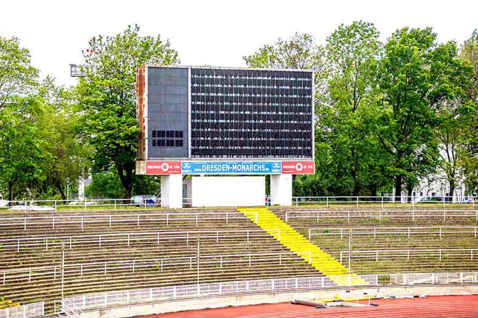 Zehn Meter breit, siebeneinhalb Meter hoch, 10000 Lämpchen: Die 40 Jahre alte Anzeigetafel vom Heinz-Steyer-Stadion.