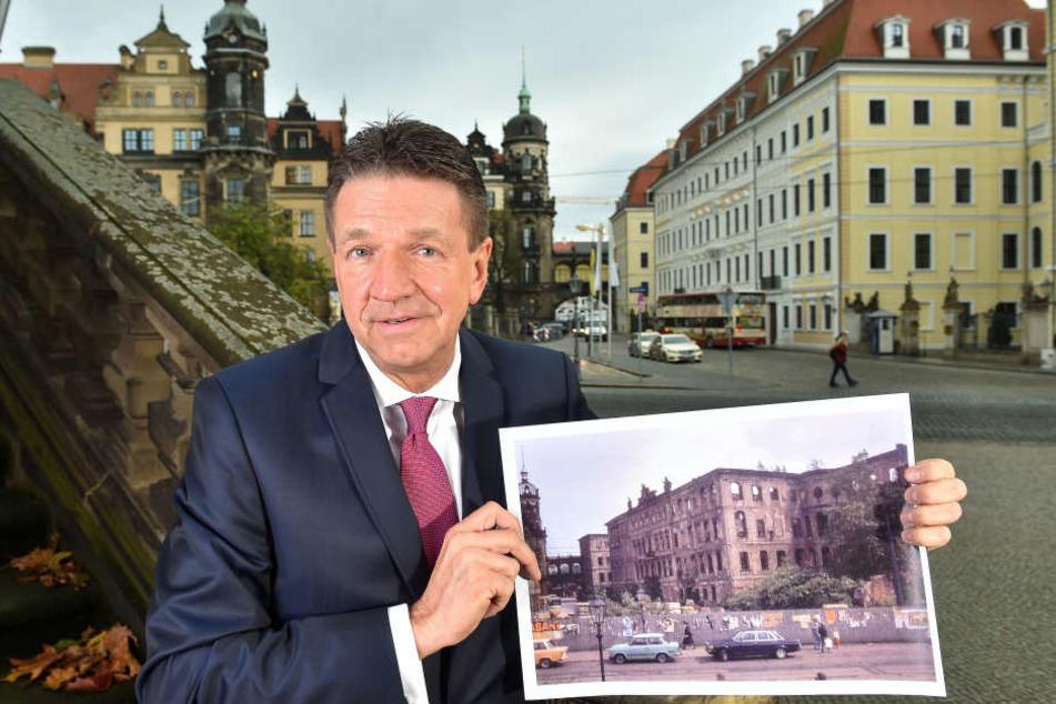 """Kaum wiederzuerkennen: """"Taschenberg""""-Chef Marten Schwass (57) vor """"seinem"""" Grandhotel - und mit einem Bild der Ruine, wie sie bis 1992 ausgesehen hat."""