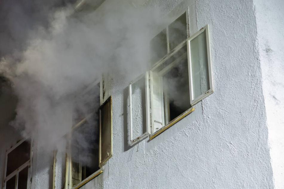 Rauch steigt aus den Fenstern: Zwei Zimmer des Obergeschosses brannten.