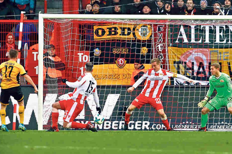 Das Tor des Tages im Stadion an der Alten Försterei: Andreas Lambertz (l.) trifft, nachdem Felix Kroos (Nummer 23) gepatzt hatte.