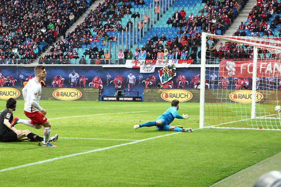 Timo Werner legt den Ball zum 3:1 ins lange Eck.