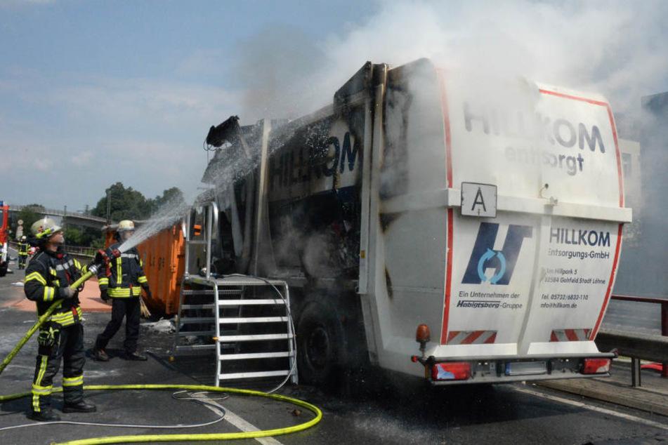 Stau auf OWD: Müllwagen fängt plötzlich Feuer