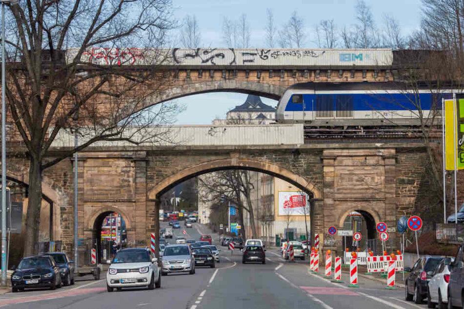 Für rund 6,5 Millionen Euro soll in den nächsten Monaten das Eisenbahnviadukt über der Blankenauer Straße in Chemnitz saniert werden.