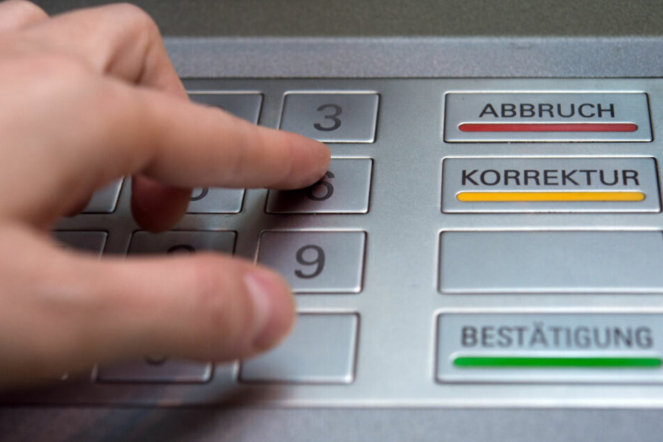 Die PIN am Geldautomaten sollte besser verdeckt eingegeben werden.