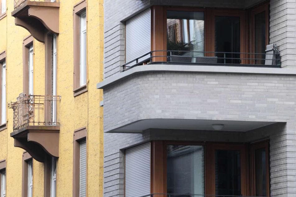 In Halle (Saale) ist am Dienstagabend ein Mann (29) mit einem Messer bewaffnet aus seinem Fenster gesprungen und hat einen 20-Jährigen damit verletzt.(Symbolbild)