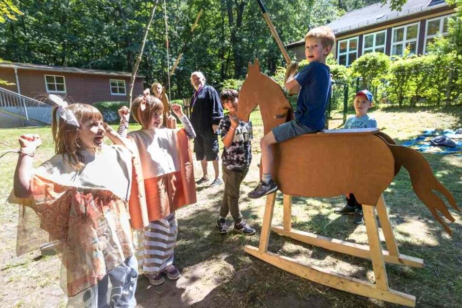 Die Küchwalder Ferien-Kids haben beim Ritterturnier sichtlich Spaß. In den kommenden Wochen bauen die Kinder eine mittelalterliche Stadt.