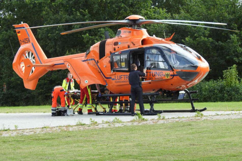 Eiin Rettungshubschrauber flog die Schwerverletzten in ein Krankenhaus.