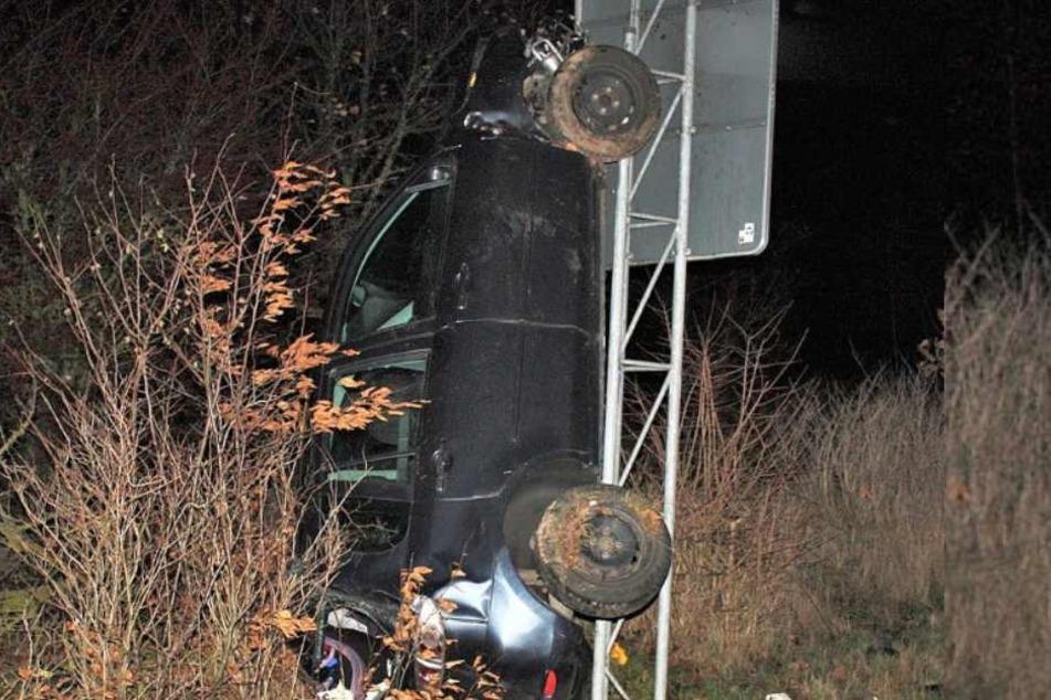 Hochkant an ein Verkehrsschild gelehnt, so endete der Unfall eines 28-Jährigen.
