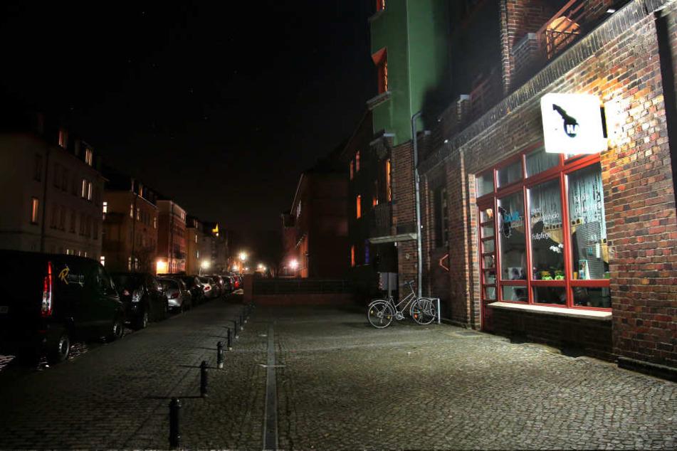 Dicht an dicht parken die Autos in der Deubener Straße, eins davon traf die  Polizei mit einem Warnschuss.