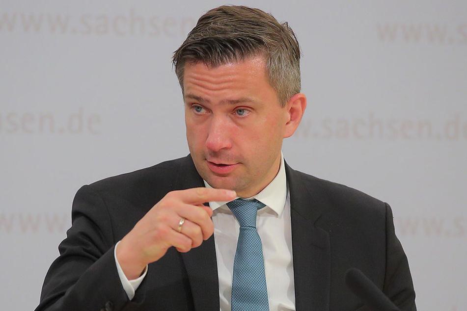 Verkehrsminister Martin Dulig (44, SPD) musste erst auf den Tisch hauen, damit der Autobahnbau in Sachsen wieder besser läuft