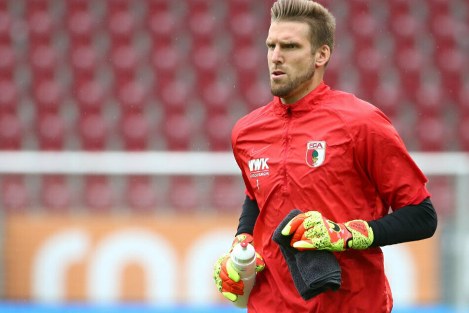 FC Augsburgs Torwart Andreas Luthe (33) wärmt sich auf. (Archivbild)