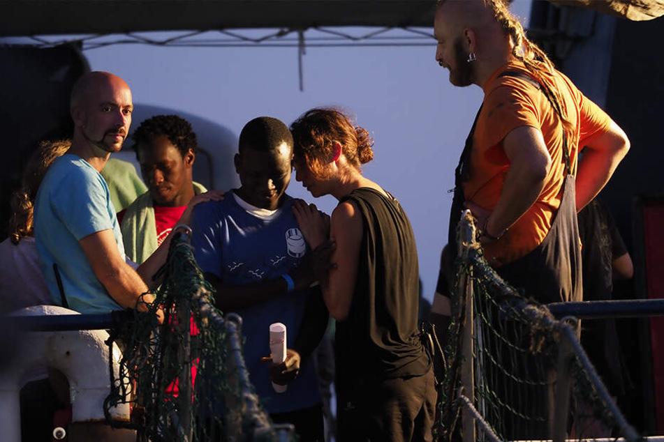 Das Schiff der deutschen Hilfsorganisation Sea-Watch ist nach dem unerlaubten Anlegen im Hafen der italienischen Insel Lampedusa und der Festnahme der Kapitänin beschlagnahmt worden.