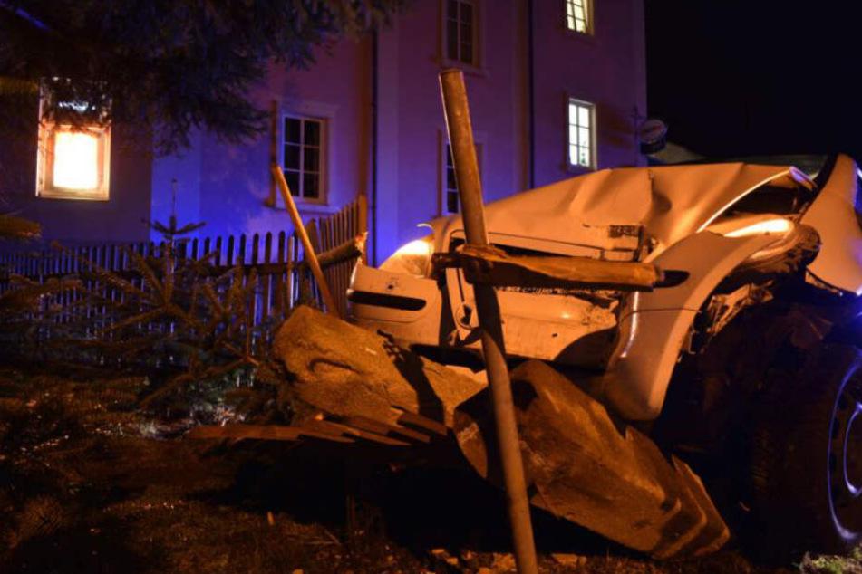 Das Auto fuhr den Betonpfeiler um und demolierte unter anderem auch den Zaun. Der Wagen hat mit hoher Wahrscheinlichkeit ein Totalschaden davongetragen.