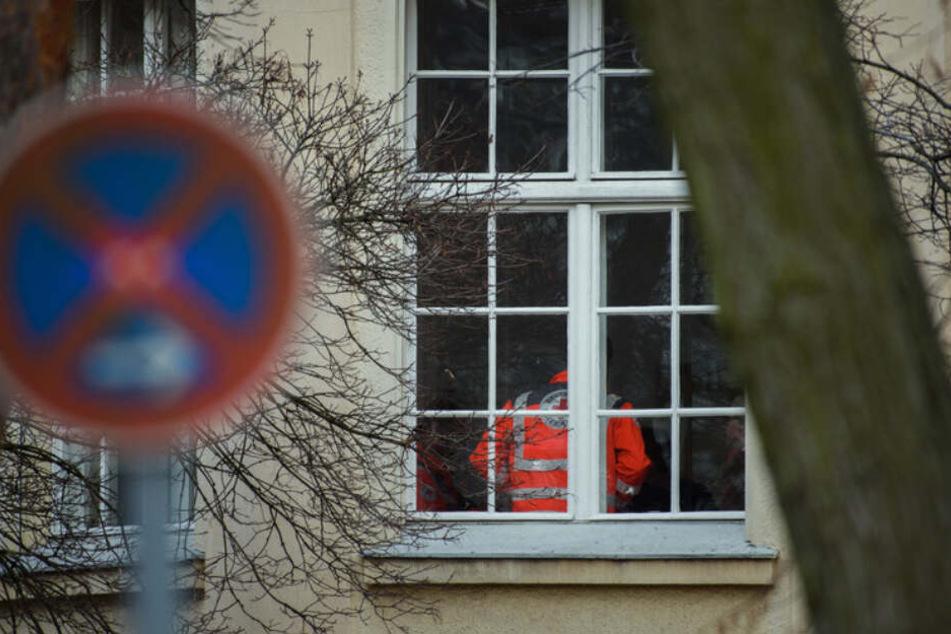 Ein Mitarbeiter des Deutschen Roten Kreuzes (DRK) steht in einem Gebäude der DRK Kliniken Berlin-Köpenick am Fenster.