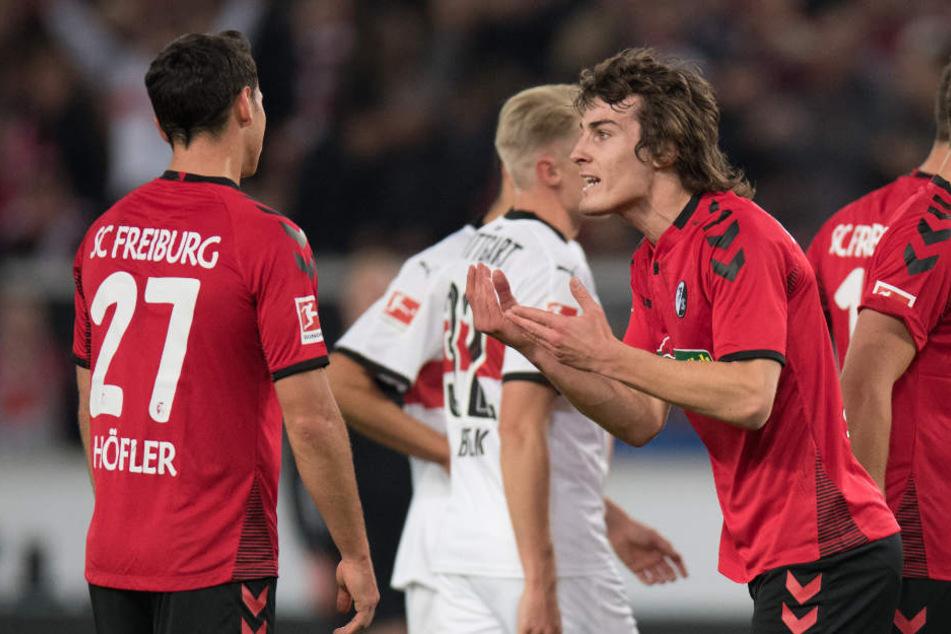 Nach der roten Karte: Freiburgs Caglar Söyüncü diskutiert.