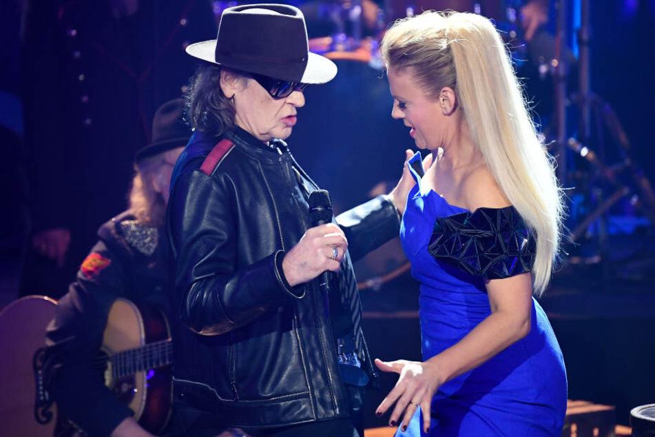"""Sänger Udo Lindenberg und die Moderatorin Barbara Schöneberger stehen beim Vorentscheid für den Eurovision Song Contest """"Unser Lied für Israel"""" auf der Bühne."""