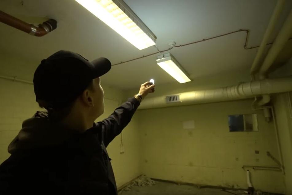 Felix zeigt auf die restlichen funktionierenden Leuchtstoffröhren.