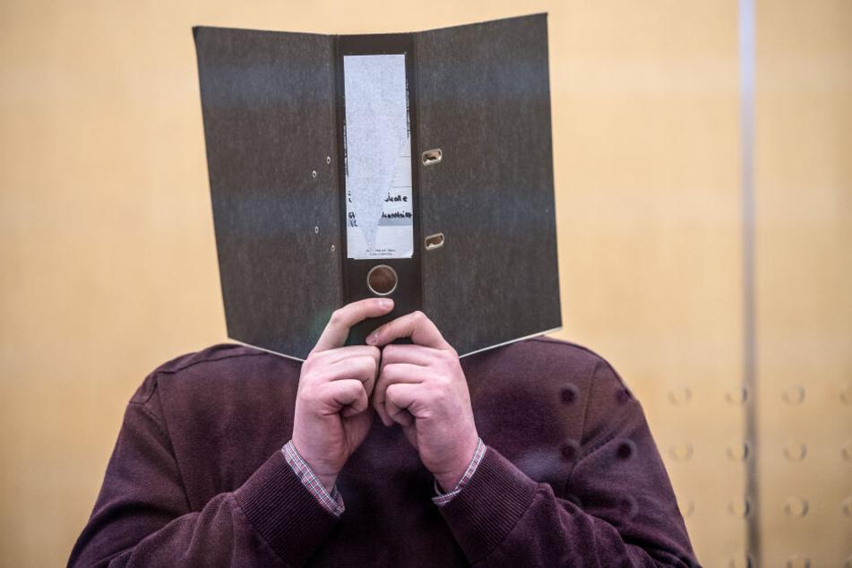 Der Angeklagte Nils D. steht im Gerichtsaal (Archivbild).