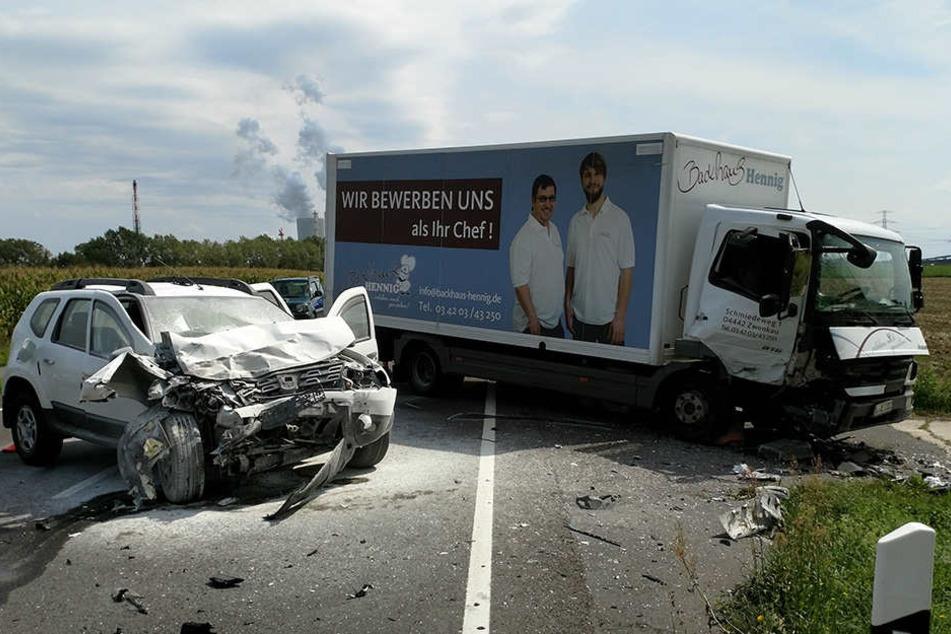 Ein Dacia und ein Zwölftonner kollidierten bei einem missglückten Überholmanöver.