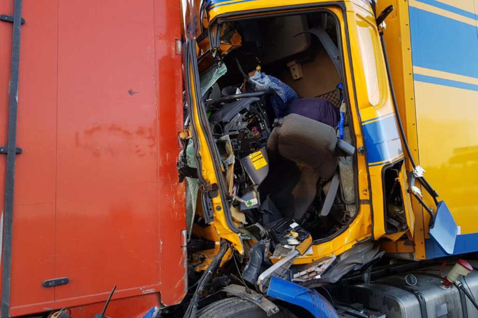 Das Fahrerhaus wurde bei dem Unfall stark beschädigt.