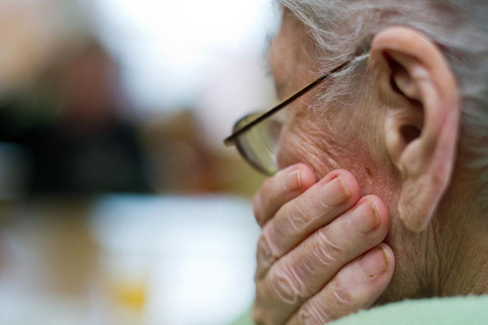 Einem über 80 Jahre alten Mann haben Diebe in Weinheim (Rhein-Neckar-Kreis) Schmuck im Wert von mehreren tausend Euro geklaut. (Symbolfoto)
