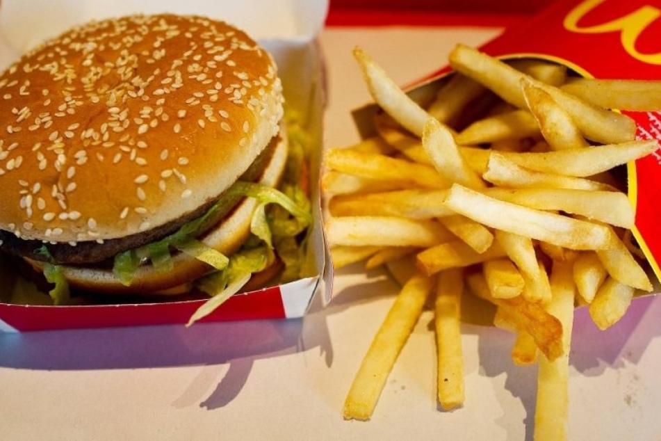 In der Filiale angekommen verspeisten beide einen Cheeseburger, bevor die Beamten kamen. (Symbolbild)