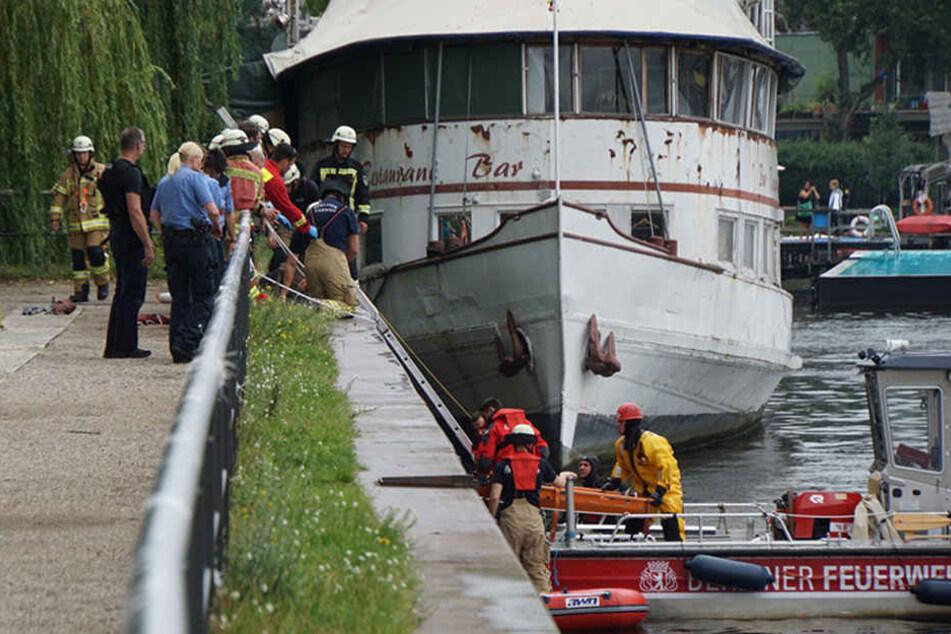 Taucher entdeckten den leblosen Körper in Ufernähe. Mehrere Rettungskräfte zogen den Mann aus dem Wasser und versuchte ihn zu reanimieren, jedoch ohne Erfolg.