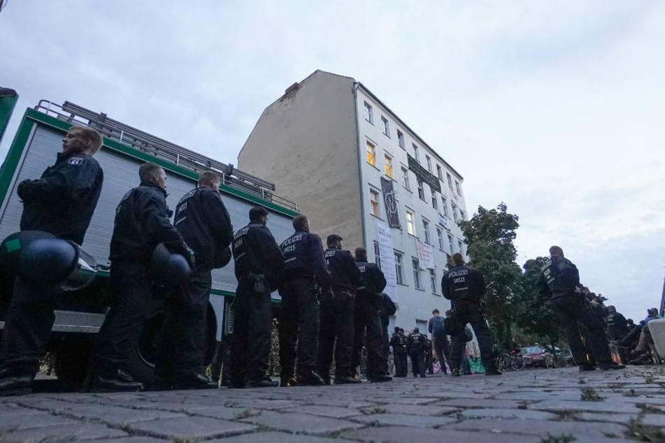 Polizisten vor dem besetztes Haus in Moabit.