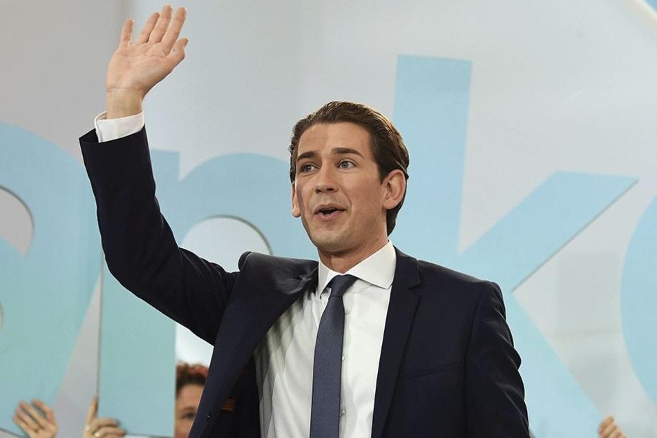 ÖVP-Kanzlerkandidat und Außenminister Sebastian Kurz winkt am Sonntag in Wien im Rahmen der Nationalratswahl bei der Wahlfeier der ÖVP Anhängern zu.