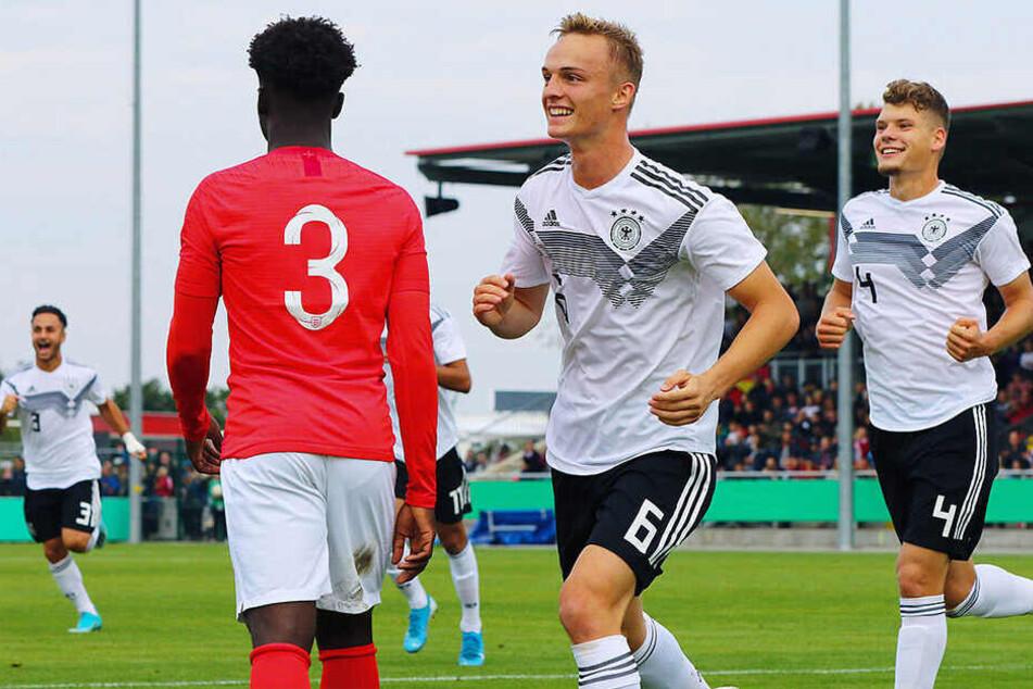 """Dynamos Kevin Ehlers (r.) konnte sich mit der deutschen """"U19"""" über den Sieg gegen England freuen."""