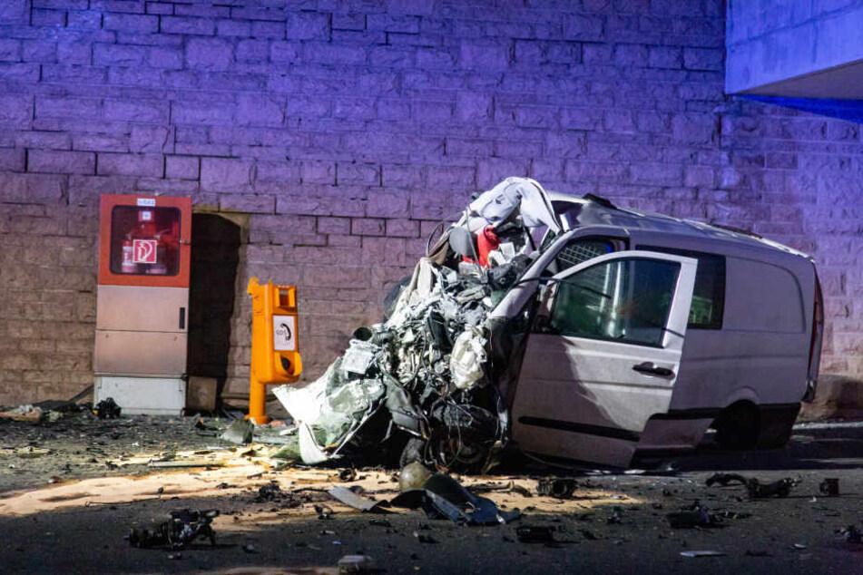 Der Transporter wurde völlig zerstört, für den Fahrer kam jede Hilfe zu spät.
