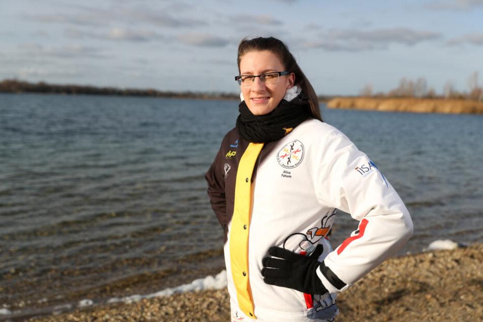 Alisa Fatum, Weltmeisterin im Eisschwimmen, am Rande des Kulkwitzer Sees bei Leipzig vor einer ihrer Trainingseinheiten.