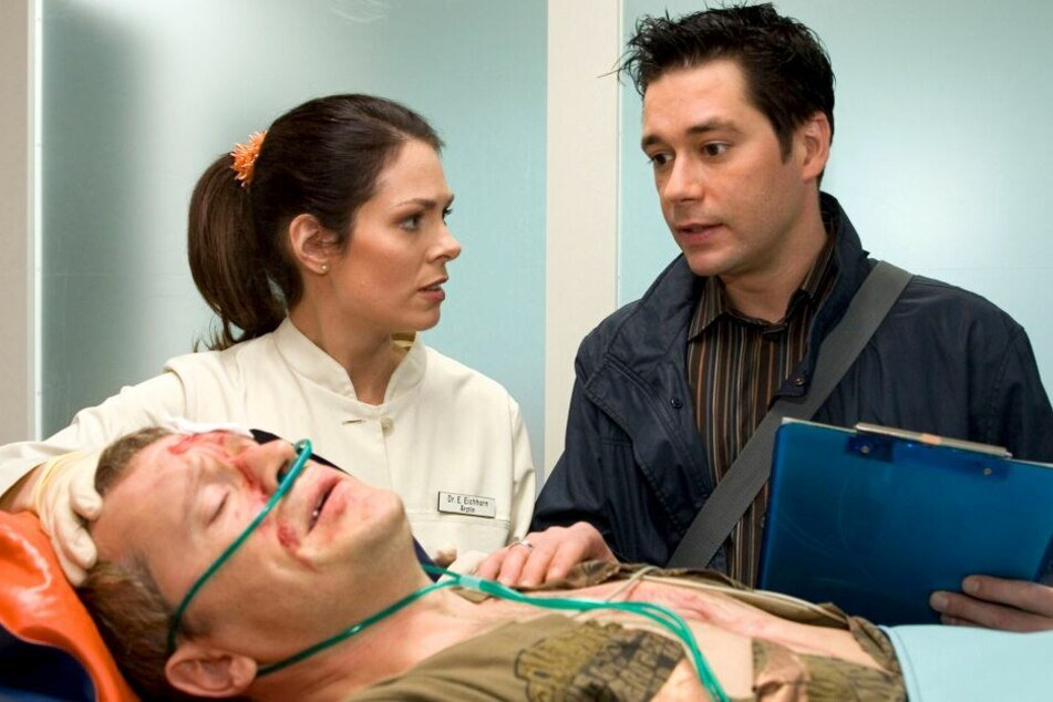 DJ Ben Lenz wird nach einem schweren Autounfall in die Sachsenklinik eingeliefert, muss sich einer Not-OP unterziehen. Zuvor hatte der Epileptiker einfach das Krankenhaus verlassen.