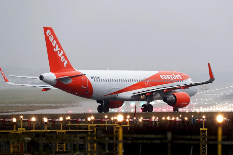 Ein EasyJet-Flieger wartet auf Startfreigabe (Symbolbild).