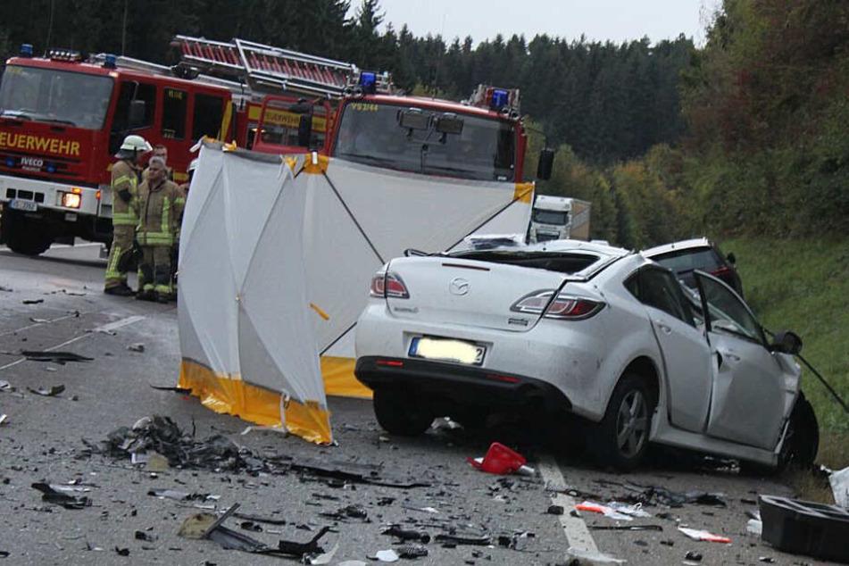 Die Feuerwehr geht an der Unfallstelle ihrer Arbeit nach.