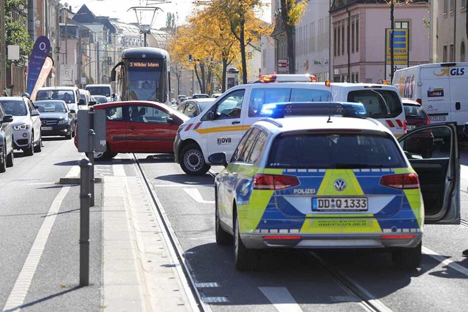 Die Straßenbahnlinie 3 war nach dem Unfall unterbrochen.