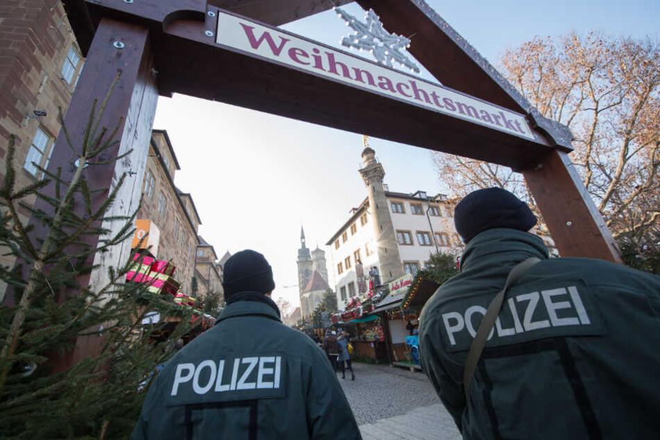 Polizisten auf dem Stuttgarter Weihnachtsmarkt. (Archivbild)