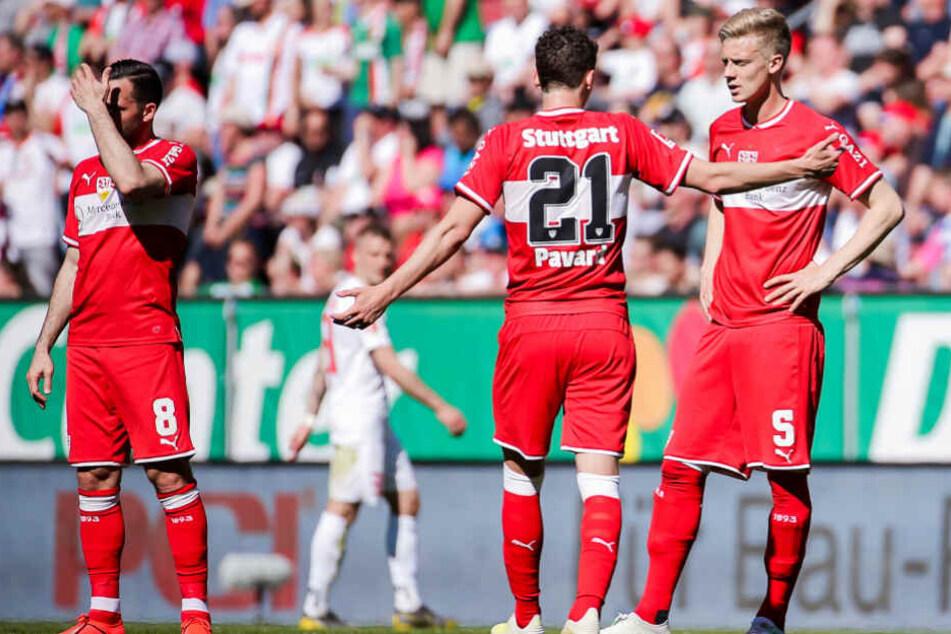 Beim Schlimmen 0:6-Debakel beim FC Augsburg: Die VfB-Kicker Gonzalo Castro (l.), Benjamin Pavard (m.) und Timo Baumgartl (r.).